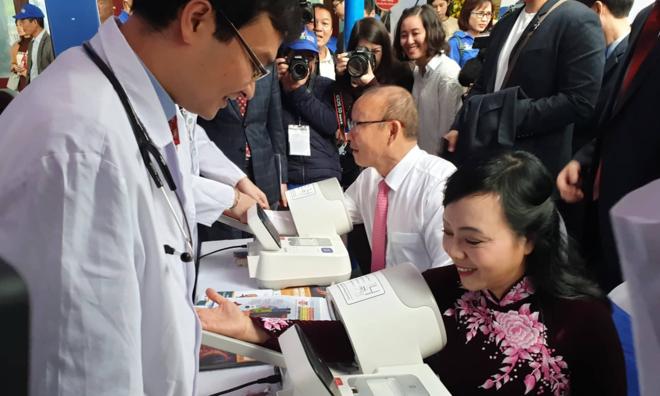Bộ trưởng Y tế cùng ông Park đo huyết áp tại chương trình. Ảnh: Tuấn Dũng.
