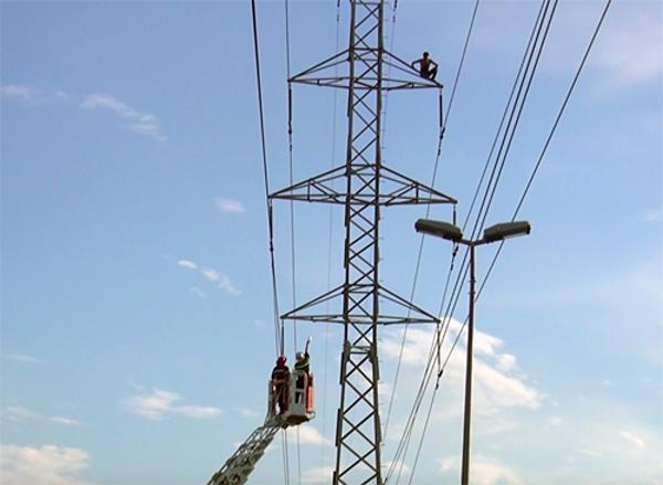 Thanh niên bị ngáo đá leo lên cột điện cao thế. Ảnh: Sơn Hoà.