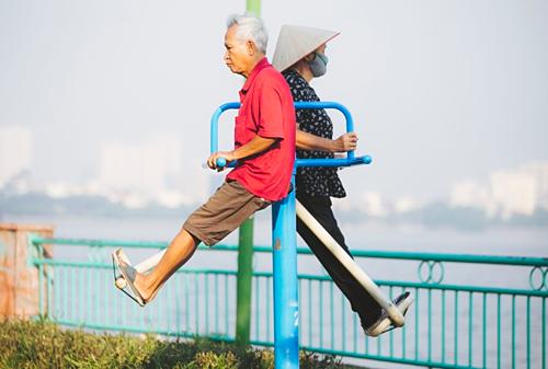 Hai cụ già tâp thể dục ở Hồ Tây. Ảnh: Đình Tùng.