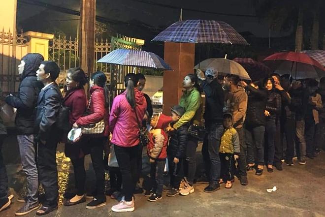 Người lớn, trẻ em ở Bắc Ninh xếp hàng từ 3h sáng tại Viện Sốt rét trung ương để xét nghiệm sán. Ảnh: Đỗ Công Thành.