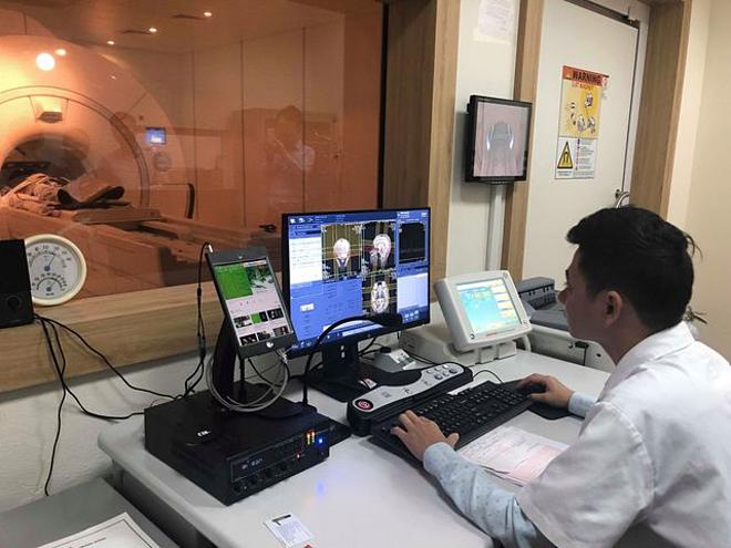 Bệnh nhân đangđược chụp cộng hưởng từ tại Bệnh viện Bệnh nhiệt đới. Ảnh: Hồng Hải.
