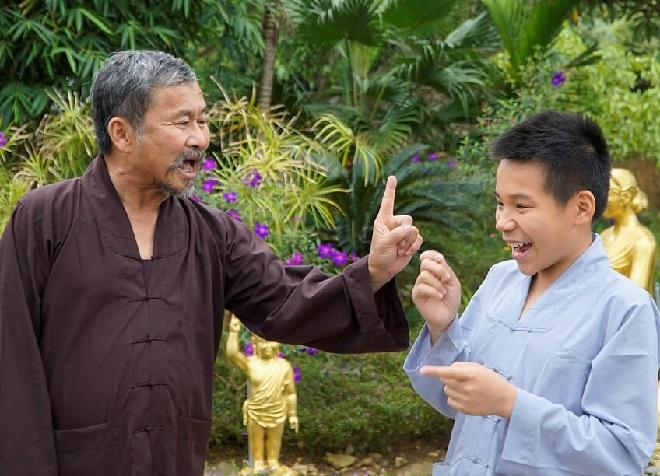 Thầy Việt luôn đồng hành cùng các em nhỏ, giúp các em nhanh hòa nhập