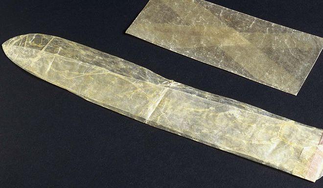 Bao cao su làm từ ruột động vật đầu thế kỷ 19. Ảnh: Esquire