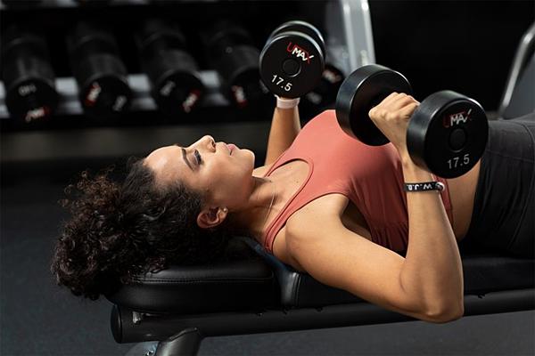 Các hoạt động tập thể dục thể thao giúp đốt cháy calo, làm hạn chế sự phát triển các mô mỡ, làm vòng một nhỏ lại. Ảnh: Curejoy