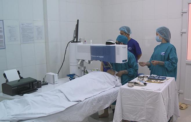 Bác sĩ dử dụng kỹ thuật mới mổ mắt không chạm tại Bệnh viện Mắt Hà Nội ngày 6/4. Ảnh: T.G