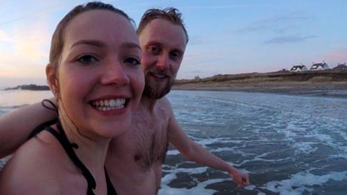 Beth cùng bạn trai bơi trong nước lạnh 100 ngày. Ảnh: BBC.