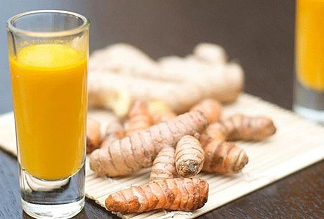 Pha loãng tinh bộ nghệ vào nước ấm uống trước hoặc sau khi ăn một đến hai tiếng khi thức ăn đã tiêu hóa bớt. Ảnh: Health
