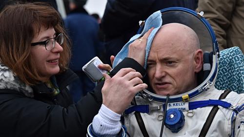 Phi hành gia Scott Kelly (phải) có 340 ngày ngoài không gian. Ảnh: AP.