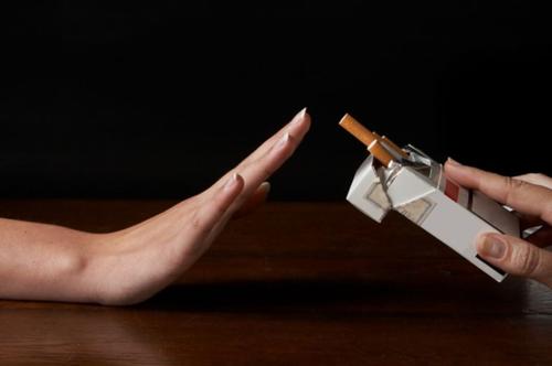 Xung quanh có nhiều người hút, căng thẳng do công việc.... khiến nhiều người khó cai nghiện thuốc lá.