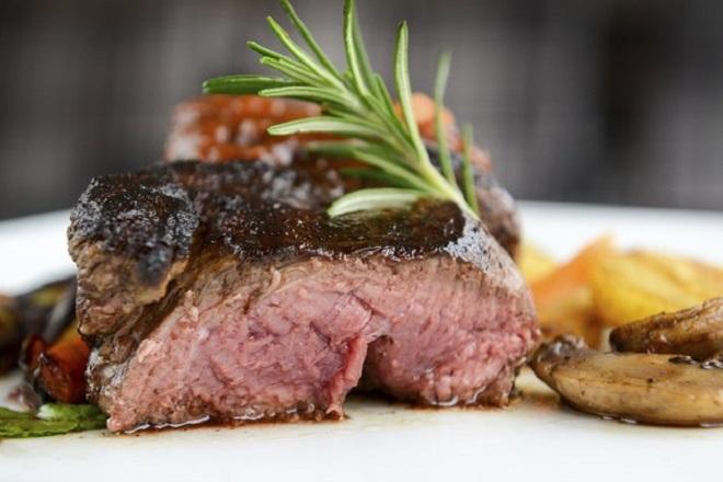 Hạn chế ăn thịt đỏ để duy trì sức khỏe gan. Ảnh: Live Strong