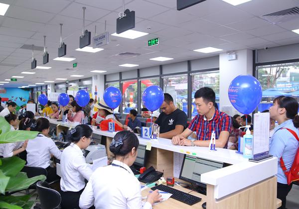 Đông đảo người dân Nghệ An và các tỉnh lân cận đưa con đi tiêm chủng tại VNVC TP.Vinh sáng 4/5.