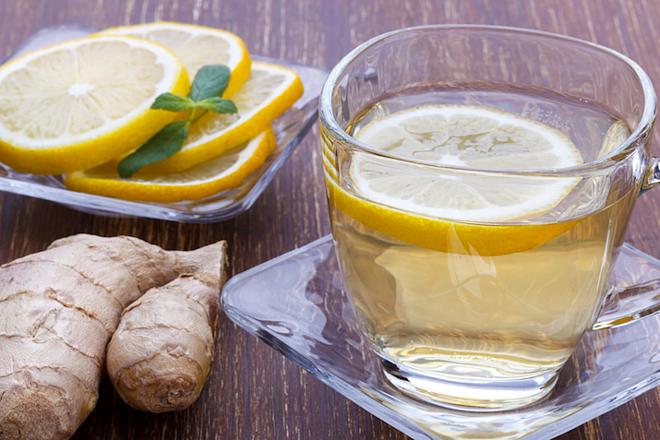 Uống trà gừng và chanh giúp bạn tỉnh táo và giảm cảm giác buồn nôn. Ảnh: Style Craze