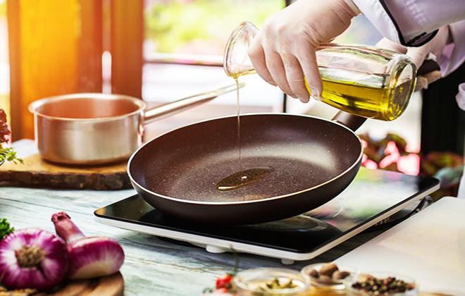 Dầu ăn là dung môi để hoà tan các vitamin cần thiết cho cơ thể. Ảnh: Kitchen