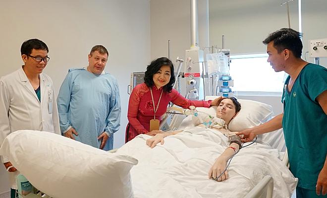 H.Volodymyr bên cạnh bố và các bác sĩ Việt Nam. Ảnh: Minh Tâm.