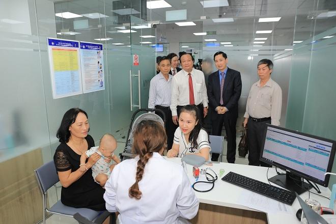 Ông Nguyễn Tiên Hồng - Phó Giám đốc Sở Y tế Đà Nẵng (ngoài cùng bên phải) cùng các vị lãnh đạo tỉnh tham quan trung tâm tiêm chủng VNVC Đà Nẵng.