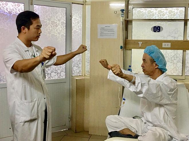 Thoát những cơn run Parkinson nhờ cấy điện cực sọ não - ảnh 1