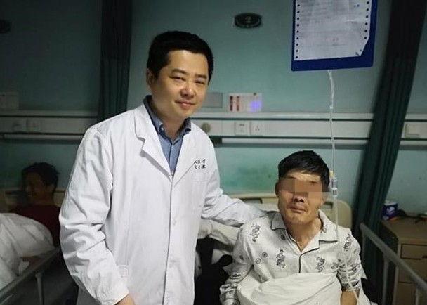 Bệnh nhân được điều trị tại bệnh viện sau ca phẫu thuật cắt khối u. Ảnh: Odditycentral