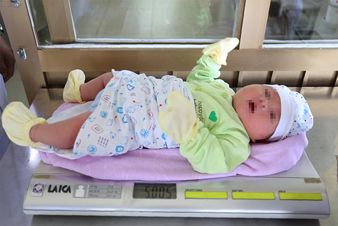 Bé trai ở Quảng Ninh chào đời nặng hơn 5 kg - ảnh 1