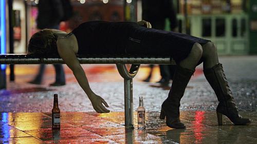 Một phụ nữ say rượu trên đường phố Bristol (Anh). Ảnh: kxly.