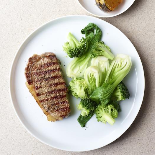 Ngoài súp lơ xanh, thịt bò kết hợp với các loại rau cải xanh cũng rất tốt cho sức khỏe. Ảnh: Shape