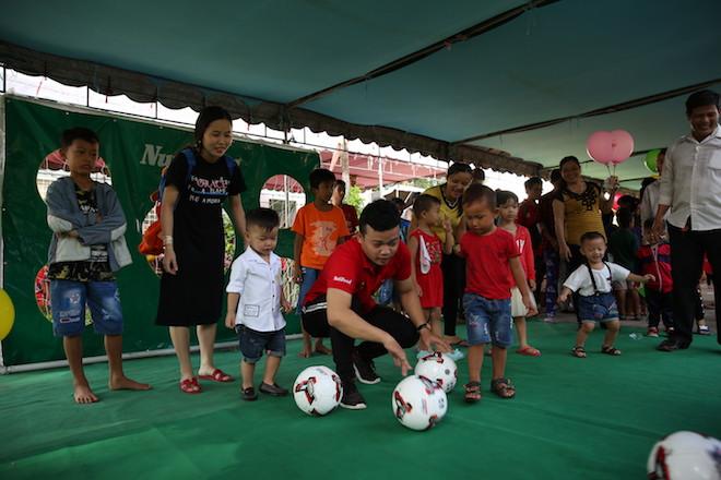 Các em nhỏ được tham gia nhiều trò vận động.