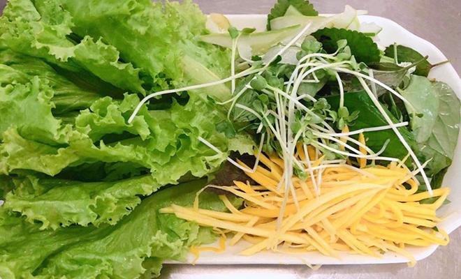 Ăn quá nhiều rau sống mà không bổ sung đạm, béo...có thể khiến cơ thể thiếu hụt dinh dưỡng. Ảnh: C.A.