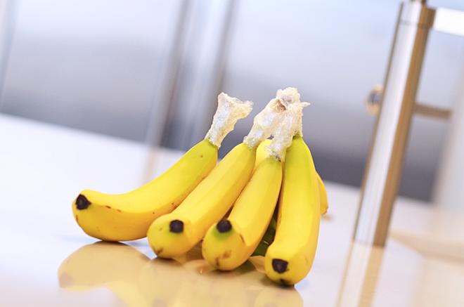 Nếu vẫn muốn cho chuối vào tủ lạnh, nên bọc phần cuốn để quả chuối được tươi lâu hơn.
