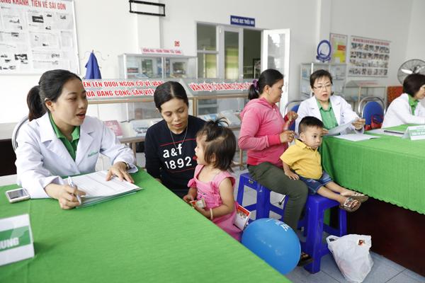Các bác sĩ NutiFood đang tư vấn dinh dưỡng cho phụ huynh và trẻ em.