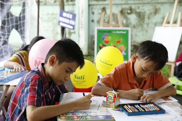 Trẻ được tham gia nhiều hoạt động vui chơi mang đậm màu sắc tuổi thơ.