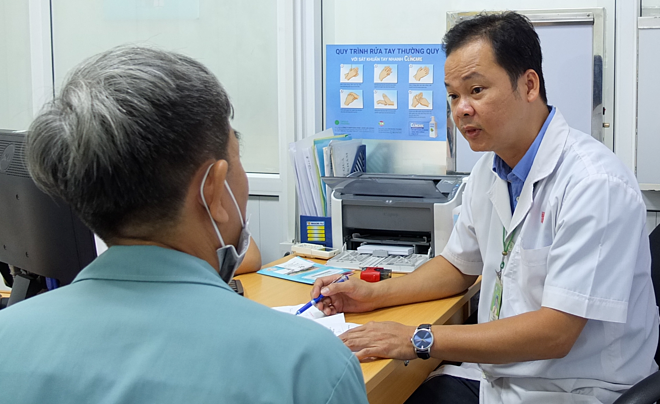 Bác sĩ Bệnh viện Bình Dân tư vấn bệnh lý đường tiêu hóa cho người bệnh. Ảnh: Trần Nhung.