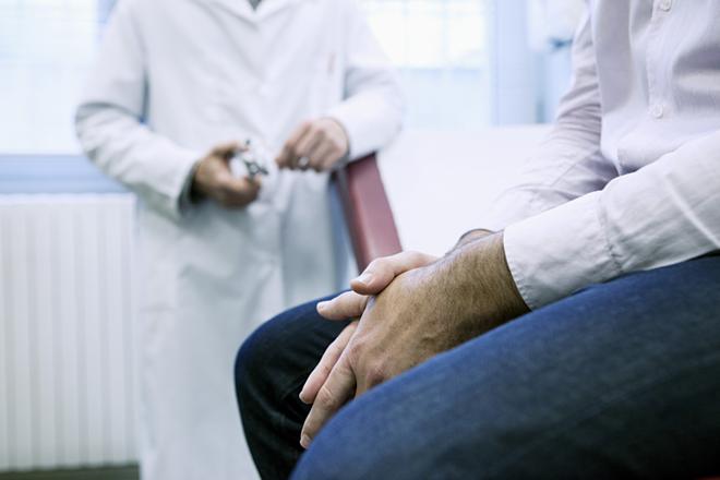 Khi có những dấu hiệu vô sinh, nam giới nên khám sức khỏe sinh sản để có biện pháp hỗ trợ kịp thời. Ảnh: Epoch Times