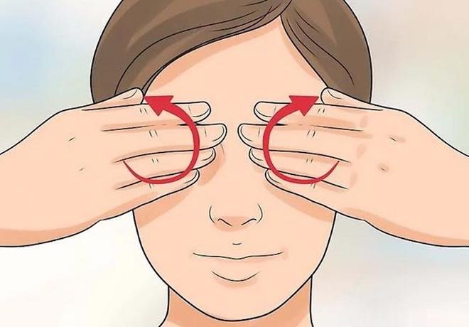 Bạn nên dùng ngón tay xoay nhẹ nhàng vòng quanh mắt, vuốt nhẹ bầu mắt rồi ấn nhẹ vùng giữa hai chân mày.
