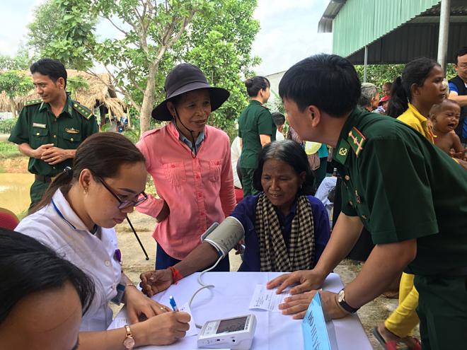Các bác sỹ bệnh viện Thống Nhất khám bệnh cho người dân Campuchia. Ảnh: Cẩm Anh