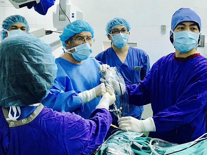 Các bác sĩ phẫu thuật loại bỏ tổn thương cho bệnh nhân bị động kinh, Ảnh: Bệnh viện cung cấp.