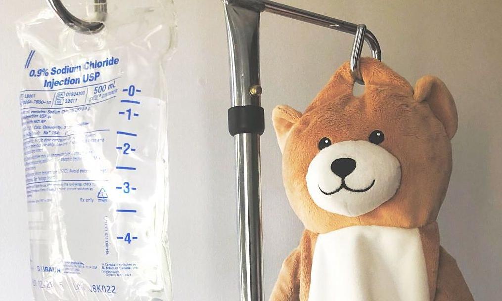 Bé gái sáng chế túi đựng bịch truyền dịch hình gấu bông - Sức Khỏe