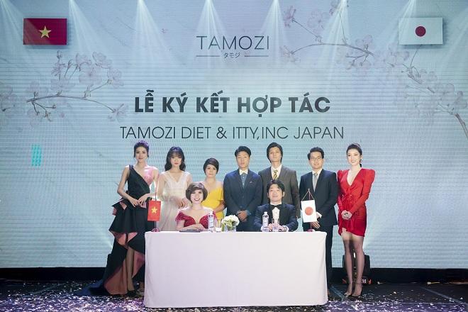 Tại lễ ra mắt TAMOZI DIET, doanh nhân Trâm Tạ đã trực tiếp ký kết hợp tác với ông Ryuji Tabata - Chủ tịch nhà máy, Tổng Giám đốc Công ty ITTY,INC - Nhật Bản