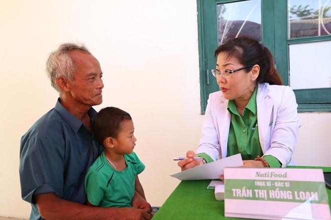 Cả người lớn và trẻ nhỏ đều được thăm khám kỹ càng bởi các bác sĩ giàu kinh nghiệm.