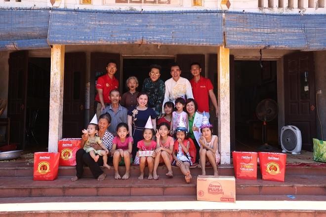 Chương trình còn trao tặng nhiều phần quà giá trị cho những gia đình có hoàn cảnh khó khăn.