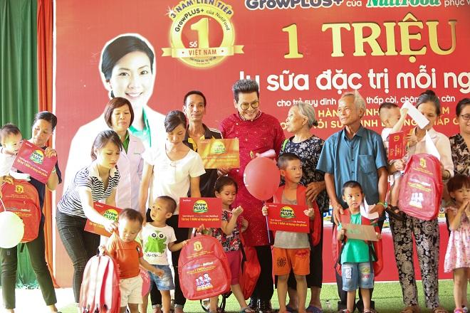 Nhiều quà tặng được trao cho các em nhỏ và gia đình tham gia sự kiện.