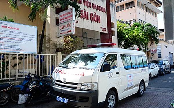 Xe cấp cứu Bệnh viện Đa khoa Sài Gòn đưa thí sinh đi thi. Ảnh: Lê Phương.
