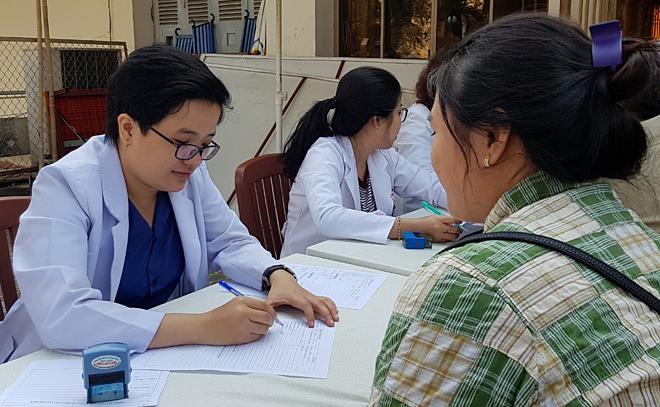 Tư vấn hiến máu tình nguyện tại TP HCM. Ảnh: Lê Phương.