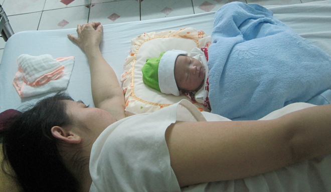 Phụ nữ sau sinh cần được chăm sóc tốt về thể chất, tinh thần. Ảnh: Lê Phương.