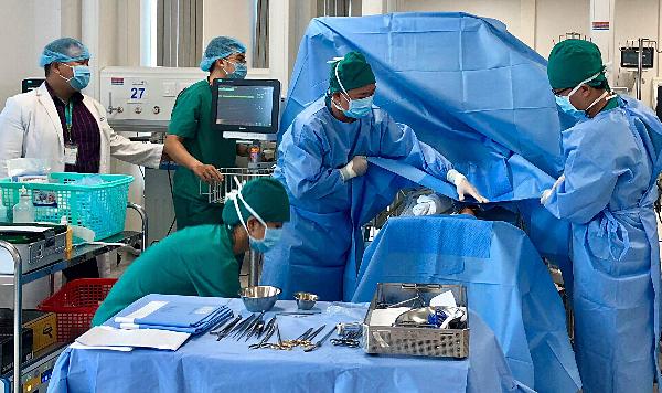 Bác sĩ Bệnh viện Nhi đồng Thành phố mổ tim tại giường sơ sinh cho bé sinh non nặng 600 gram năm 2018. Ảnh bệnh viện cung cấp.