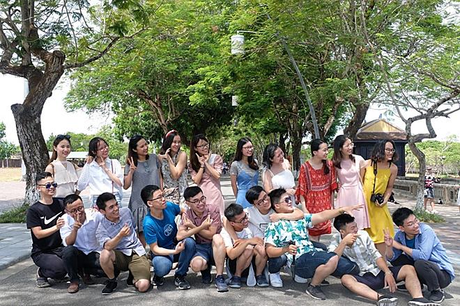 Mỹ Linh ( váy đỏ) và các bạn học trong chuyến du lịch ở Huế cuối tháng 6. Ảnh: Nhân vật cung cấp