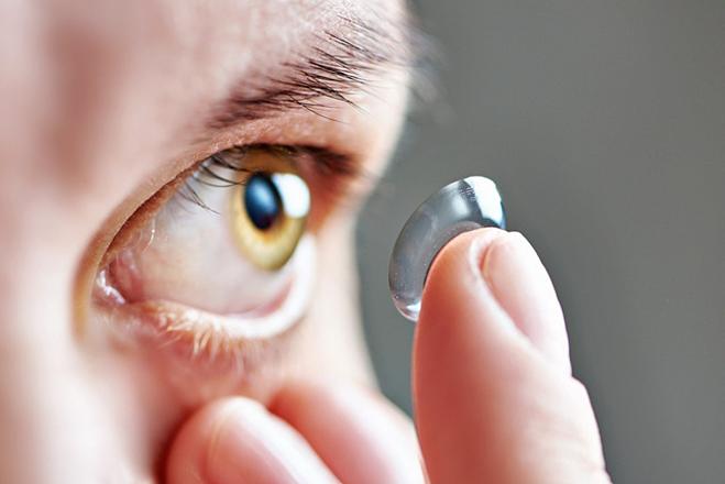 Kính áp tròng có nhiều nguy cơ gây hại cho mắt nếu không sử dụng đúng cách.