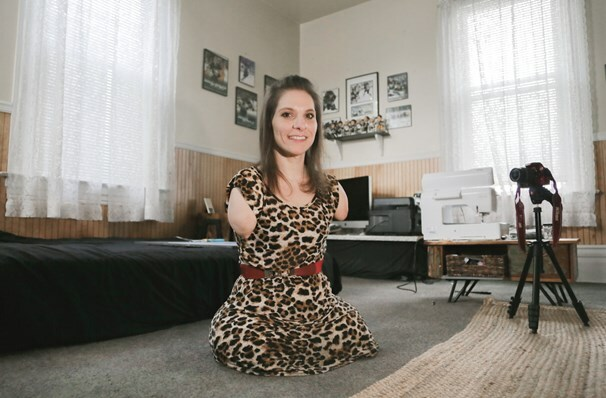 Amy không tay không chân nhưng có thể làm mọi thứ bằng miệng, vai và cằm.
