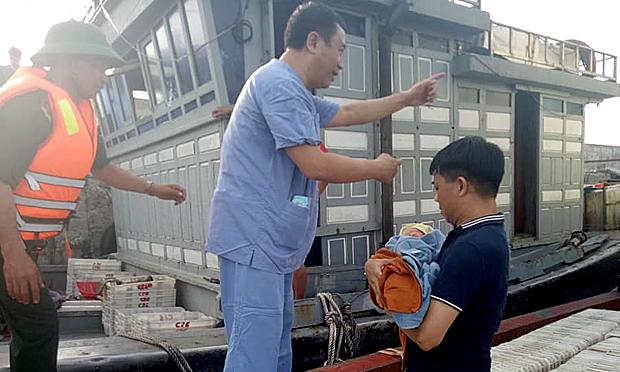 7 y bác sĩ vượt biển cấp cứu cho sản phụ nguy kịch