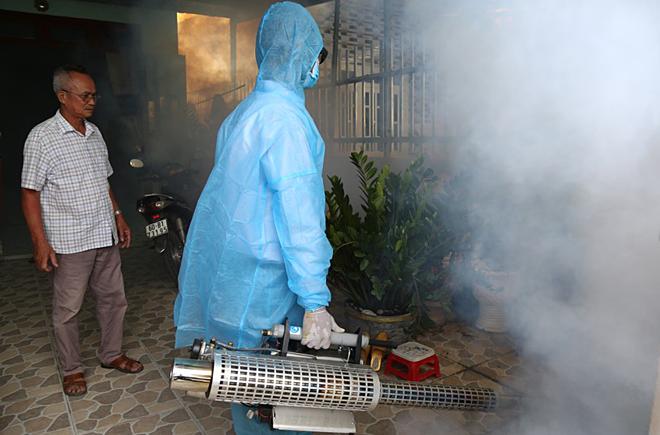 Phun thuốc diệt lăng quăng, muỗi tại nhà dân ở TP Biên Hoà, Đồng Nai. Ảnh: Phước Tuấn.