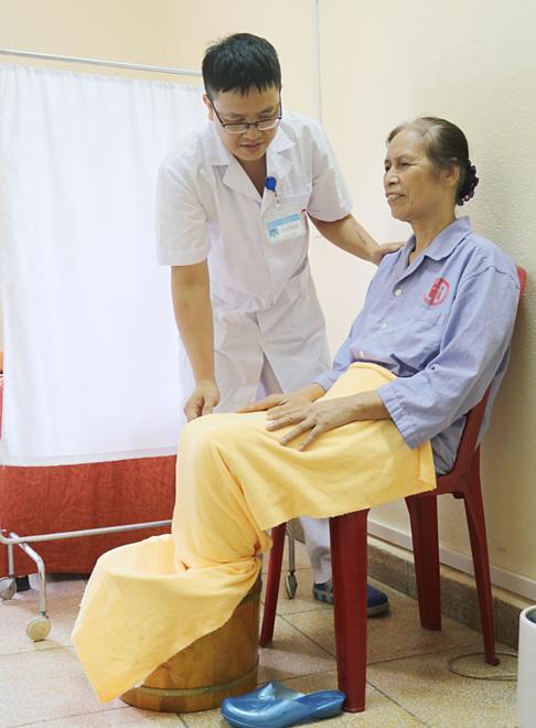 Người bệnh đang được ngâm chân thuốc bắc. Ảnh: Bệnh viện Việt Nam - Thụy Điển Uông Bí