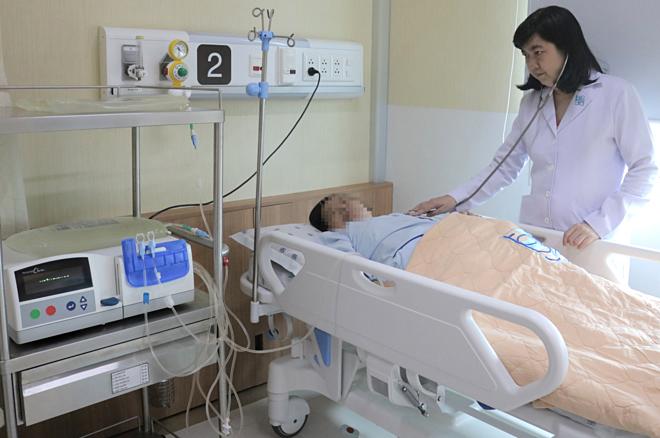 Bệnh nhân suy thận giai đoạn cuối được điều trịbằng máy lọc màng bụng tự động. Ảnh: Bệnh viện cung cấp